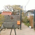 カキノキテラス - 入口。小さなお社の屋根にも見えます。