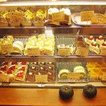 をかし東城 - 美味しそうなケーキがいっぱいのショーケース。