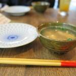 暮ラシノ呑処 オオイリヤ - お通しのあさりのスープでほっこり( 〃▽〃)
