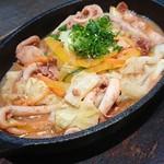 活魚と焼魚 原始焼き酒場ルンゴカーニバル - イカのゴロ味噌鉄板焼き650円