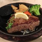 ステーキのあさくま - 料理写真:サーロインステーキ200gの、ミディアムです。