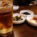 周王山 - 韓国料理は全以て門外漢なので 彼女やお店と相談しながら 色々いただきましたよ〜 先ずはビールでかんぱ〜〜い! よく解らない(笑)お通しとともに