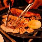 周王山 - 豚を胡椒入り胡麻油につけて 辛味葱と合わせ、味噌つけて サンチュで巻いて、いっただきま〜〜す!
