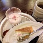 105721499 - 桜の杏仁豆腐とチーズケーキ