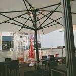 105726578 - テラス席の日避け雨避けの大きな傘。
