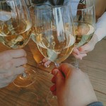 105726579 - 特価と思われたワインで乾杯。