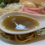 105726617 - 味玉純煮干そば850円のスープのアップ