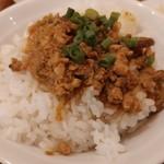 105730387 - こちらの魯肉飯に載る具は味噌仕立てだ。そのため、八角風味は無し。