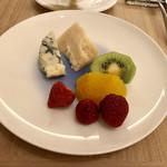105738131 - フルーツ、チーズ