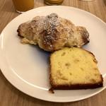 105738134 - オレンジケーキとクロワッサン