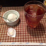 Tapas - ココナッツミルクのアイスクリームとアイスティー