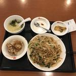 桂園 - 料理写真:上海焼きそば定食:734円、税別表示に注意!