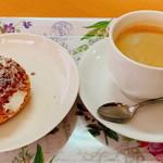 たまるカフェ - 「クッキーシュークリーム(230円)」と「ホットコーヒー(350円)」のセット