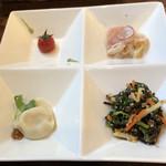 中華バルSAISAI。 - 前菜 プチトマトパクチーソース、       鶏胸肉のタタキと豆腐のカルパッチョ、       菜の花と野菜 キクラゲのゴマ和え、       水餃子。