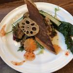 中華バルSAISAI。 - 赤魚に甜醤油(テンジャンユウ)       とスイートチリソースかけ。       季節の野菜、揚げ野菜添え。