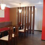 ヴィノハウス - 赤と木目を基調とした温かみのある店内です。