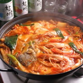 あっさりした旨味&ピリ辛の豪華「海鮮チゲ鍋」<単品・コース>
