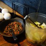 小野の離れ - 卓上には、野菜の浅漬け・海老のふりかけ・生卵が置かれています。