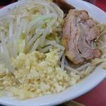 ラーメン二郎 - 豚は珍しく出し殻感のあるヒバリっぽいの       味シミは良好でとろけそうなほど柔らか