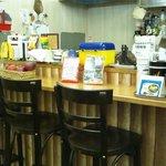 チャミのカレー - テーブル12席。カウンター3席。ギフトハウスの奥にあるちょっと[隠れ家的]なお店です。