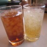 オリーブの丘 - ドリンク写真:ウーロン茶とシャルドネ
