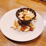 浜松町にビストロおじさまを。sasaya - 燻製にしたナッツ