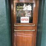 呂仁 タバーン - 2階のドア