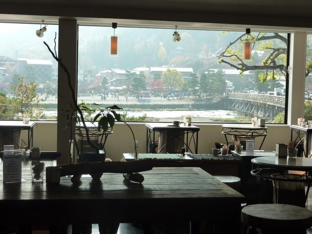 カフェ ド サラン - 大きな窓から、渡月橋と山々が見えます♪