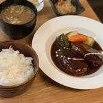 鉄板食道 飯蔵 - 煮込みハンバーグ
