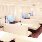 ギャラリアル カフェ - ゆっくりとできるソファで大型モニター完備でお楽しみください!