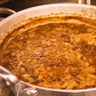 大きな鍋で長時間煮込んだ牛すじ煮込み。