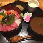 海鮮処 まる貝 - サーモン、マグロ、ウニの三種