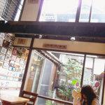 TEN.TEN.CAFE - 中庭から採光が取れてて明るい店内。