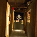 和歌山麦酒醸造所 三代目 - まるで長屋の間にいるような廊下です