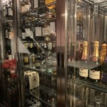 105860105 - 美しいガラス張りのセラーにはワインがいっぱい