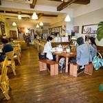 105866635 - 店内。向かって左の入り口に近いテーブルはペット可です。