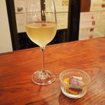 京都ダイナー - 生樽ワイン(白) & 付き出し