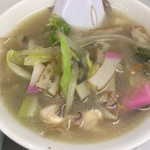 長崎飯店 - 熱々の「チャンポンの麺抜きスープ」。海鮮の出汁が効いていて、野菜もたっぷり。