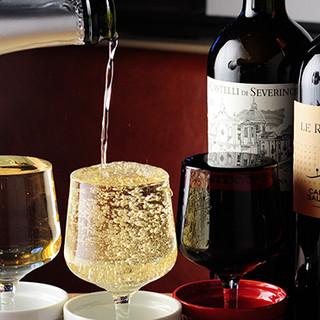 厳選したイタリア産ワインを片手に、お料理を楽しんで