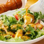 野菜をたっぷりつかった自家製ドレッシングのサラダ