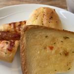 105888328 - 小さくカットされたパン♡