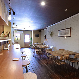 裸電球や古材テーブルなど、温かみのあるアンティーク調の空間。