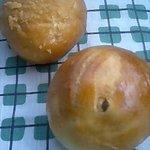 ボン・ボナ - (上)カレーパン90円、(下)レーズンパン70円