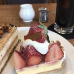 105904983 -                                               いちごタルト                       たっぷり苺の土台はカスタードクリームとスポンジ、パイ生地