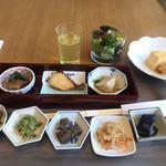 日本橋浅田 - 朝食ビュッフェ2700円。小鉢と卵焼き、サラダ。和食の惣菜は、すべて小分けにされて陳列されています。清潔で衛生的です(^。^)。出し巻きがとても美味しかったです(╹◡╹)