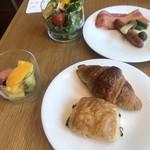 日本橋浅田 - 朝食ビュッフェ2700円。洋食類。ソーセージ、ベーコンは、醤油で味付けしてあって、和風のテイストを感じます。キャラメルクロワッサン、初めていただきましたが、美味しい〜(╹◡╹)