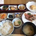 日本橋浅田 - 朝食ビュッフェ2700円。左手前の蕎麦豆腐、中央左手のナス煮浸しが、とても美味しかったです(╹◡╹)
