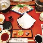 105911341 - 夕食 中央の皿には、天ぷらがのせられる。