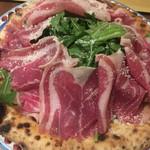 105927196 - 白トリュフオイルと生ハムとルッコラのピザ