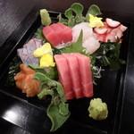 よし成 - 料理写真:刺身盛合せ¥2,400( 生本鮪赤身・中トロ、平目、縞鯵、北海蛸、赤貝)